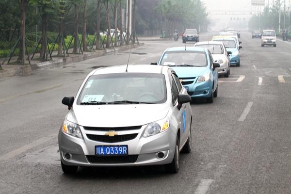 【巴渝车网报道】4月28日,2012年通用汽车中国省油达人挑战赛在成都正式启动。作为本次活动的首站,成都站比赛中由10名新赛欧车主组成的省油达人车队,一起从成都市区出发,奔赴平乐古镇。最终,冠军选手以百公里平均油耗5L的优异成绩创造了又一个省油佳绩。通过本次比赛,通用汽车不仅令消费者切实感受到旗下产品在油耗方面的优异表现,同时也很好地诠释了其一直秉承环保理念生产车辆,致力于将最好的产品和技术引进中国的承诺。 与往届比赛相同,本年度通用汽车中国省油达人挑战赛在多城市轮流举办,每一站都将指定一款通用汽车旗下
