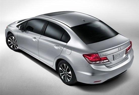 日前,本田公布了新款思域(2013款)的官方图片,新车将在本月底开幕的美国洛杉矶车展上首发,并于11月29日率先在美国市场开始销售。尽管现款的第九代思域2011年初才问世(2011年10月国内上市),但新款思域外观的变化非常之大,这对于一款服役还不到两年的新车来说是非常罕见的。  从曝光的官方图片来看,新款思域无论车头还是车尾都给人焕然一新的印象。首先前脸部分,新车引入了家族设计,采用了新一代雅阁的U 型隔栅样式,而发动机盖上的双线条也与之呼应;头灯增加切角后显得更为犀利,并采用黑边修饰,时尚感得到增强。